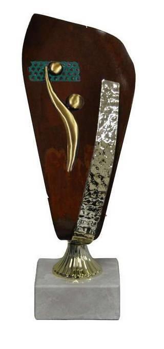 Trofeos Artesanales en Laton Voley. Con detalle en laton en rojo