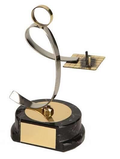 Trofeo ajedrez jugador negro y dorado