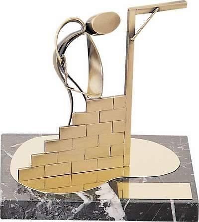 Trofeo albañil colocando ladrillos