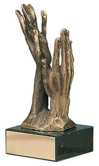 Trofeo alegórico manos