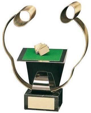 Trofeo cartas tapete y jugadores en latón