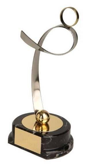 Trofeo fútbol dorado y plateado futbolista