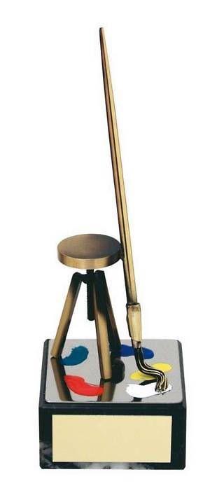 Trofeo pintura taburete y pincel