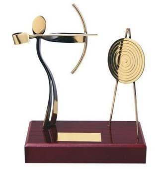 Trofeo tiro con arco peana madera