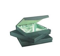Estuche verde interior de raso para plato tamaño 4