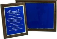 Placa conmemorativa en alumino estampado mate con azul