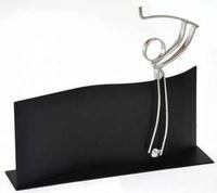 Trofeo Artesanal Laton plateado para Golf sobre soporte rectangular negro.