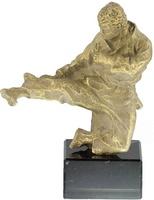 Trofeo Karateca lanzando patada en resina