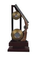Trofeo Tiro al Plato en resina con peana de madera.