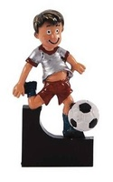 Trofeo de resina niño jugando al Fútbol