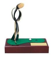 Trofeo golf tirando pelota a hoyo