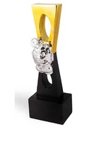 Trofeo icono negro y dorado triangulos modelo Atenco