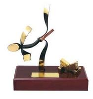 Trofeo karate latón peana madera